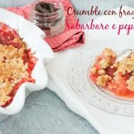 Crumble con fragole, rabarbaro e pepe lungo