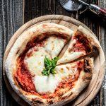 Pizza margherita al piatto